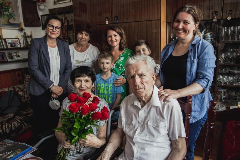 Maria i Antoni Radomscy obchodzili w marcu 70. rocznicę ślubu. W ciągu tylu wspólnych lat doczekali się 4 córek, 6 wnuków i 7 prawnuków, choć niebawem ta liczba się powiększy