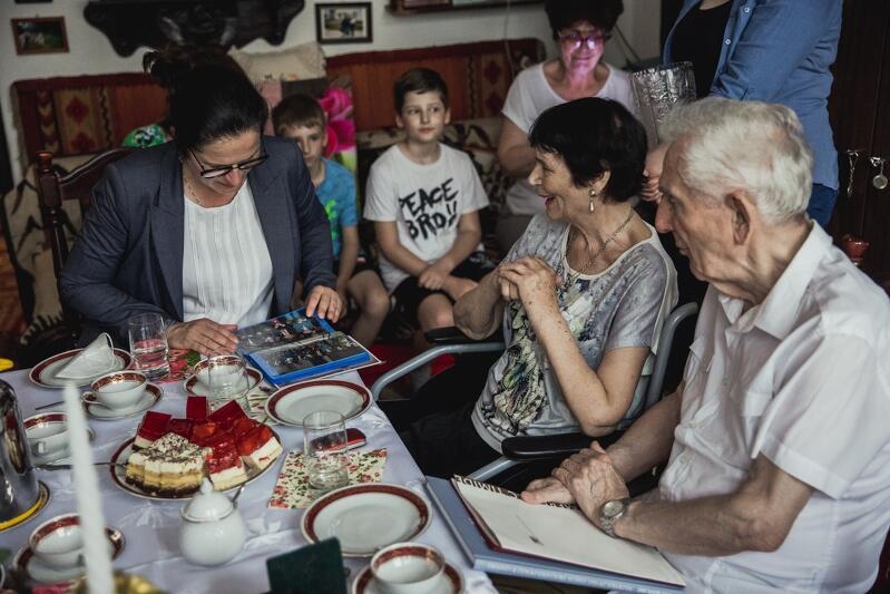 Takie wizyty to doskonała okazja do wspominek, dlatego Państwo Radomscy z przyjemnością pokazali rodzinny album prezydent Gdańska Aleksandrze Dulkiewicz