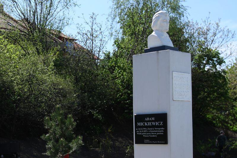 Popiersie poety Adama Mickiewicza usytuowane Parku na Zboczu