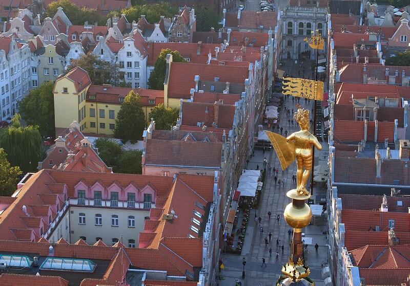 Spatele regal auriu - figura regelui Sigismund al II-lea Augustus pe turnul de cască al primăriei principale din Gdansk