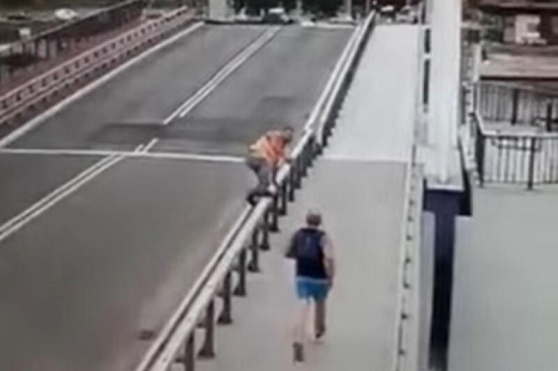 Biegacz zmierza równym krokiem w stronę przęsła mostu, które jest właśnie opuszczane. Operator mostu próbuje go powstrzymać - bez skutku...