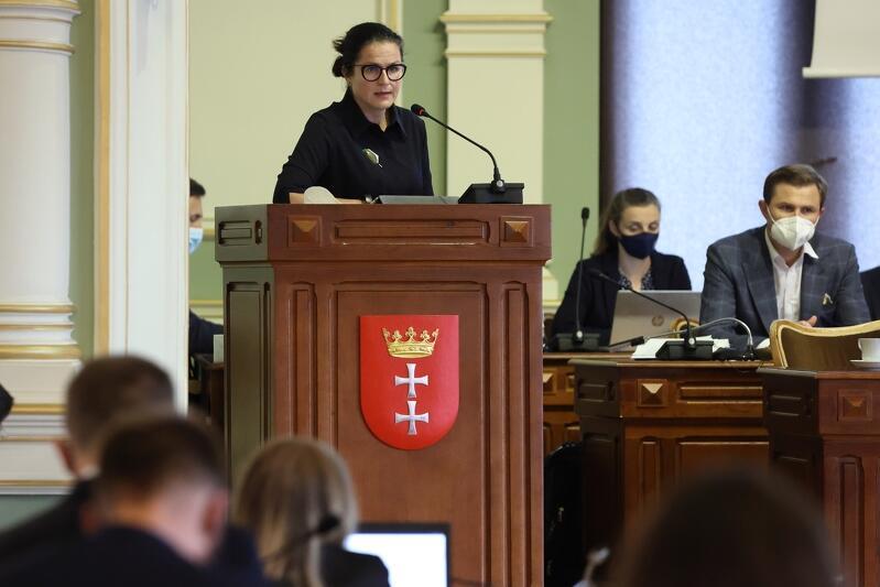 2020 rok był trudnym rokiem budżetowo, nie tylko dla Gdańska, dlatego wdrożono politykę zdecydowanego ograniczenia wydatkowania środków publicznych w sferze działań bieżących miasta. Nz. prezydent Gdańska Aleksandra Dulkiewicz podczas sesji Rady Miasta Gdańska 24 czerwca