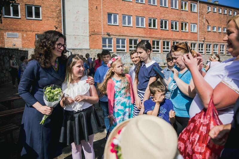 Prezydent Gdańska Aleksandra Dulkiewicz na zakończenie roku szkolnego odwiedziła dzieci ze SP 60 przy ul. Chłopskiej