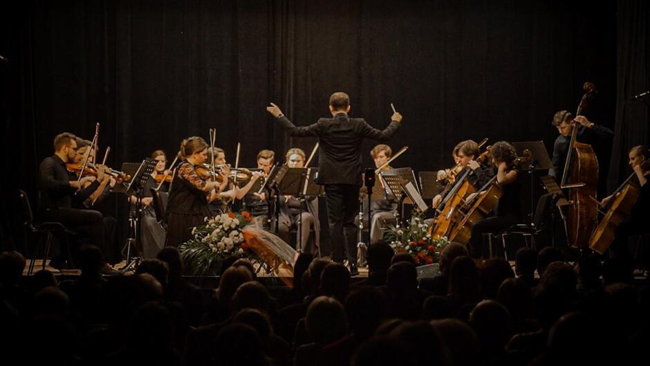 Orkiestra Kameralna Progress to młody zespół, który tworzą utytułowani soliści, kameraliści, laureaci wielu ogólnopolskich i międzynarodowych konkursów