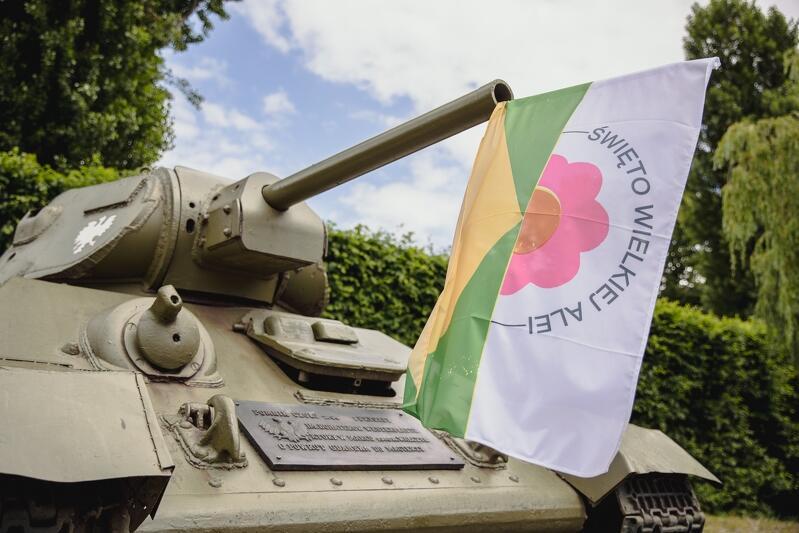 W sobotę, 26 czerwca br., Aleję Zwycięstwa i znajdują się na niej czołg, ozdobiły tematyczne flagi na których widniał napis Święto Wielkiej Alei