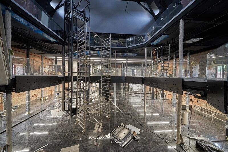 Parter Wielkiego Młyna, wnętrze nowej siedziby Muzeum Bursztynu, posadzka wykonana z czarnego, głębokiego w barwie kamienia, zdjęcie wykonano na początku czerwca br. gdy rozpoczynał się montaż ekspozycji
