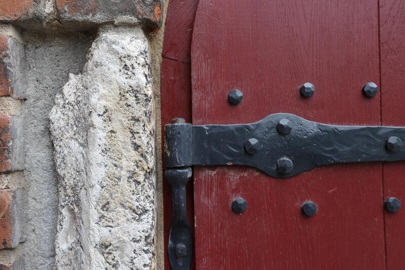 Jasny wapień zbity pochodzący z Gotlandii przy wrotach wejściowych do Wielkiego Młyna, tkwi w tym miejscu prawdopodobnie od XV wieku