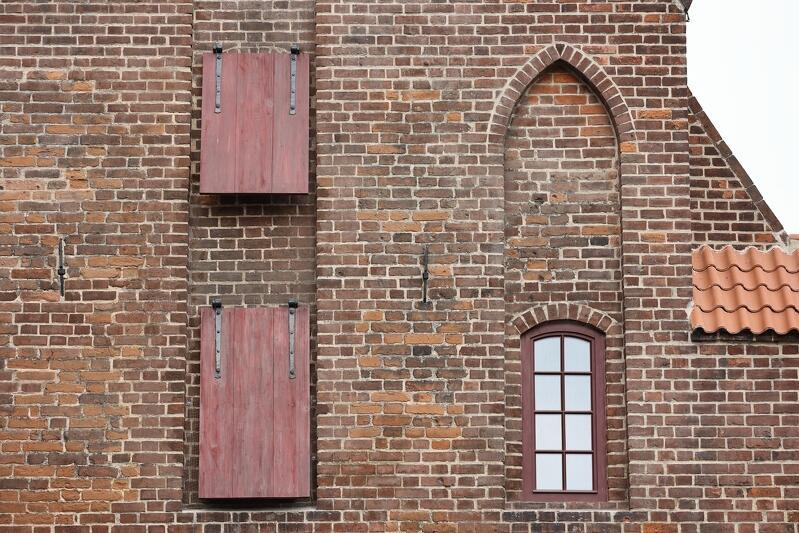Zrekonstruowane, nietypowe okiennice klapowe, cztery pary takich okiennic uchylanych do góry zobaczymy na ścianie wschodniej Wielkiego Młyna