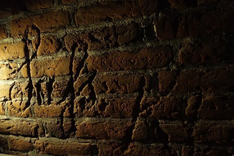 Podpisy wyryte w cegłach odkryte tuż pod dachem Wielkiego Młyna...