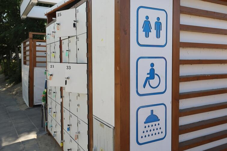 niebieskie tabliczki na plażowym budynku - to oznaczenia