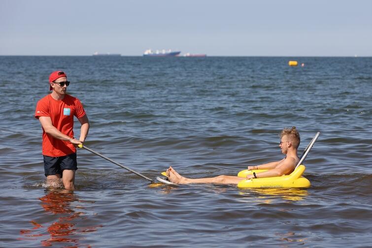 Gdańsk jako pierwsze miasto w Polsce, już w 2010 roku zakupiło wózek umożliwiający osobom z niepełnosprawnością ruchu kąpiel w morzu. Dziś bezpłatnie z amfibii można skorzystać na plaży przy wejściu nr 50 w Brzeźnie oraz na kąpielisku Gdańsk Stogi (wejście nr 26)