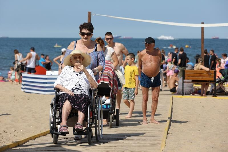 Plaża w Brzeźnie, przy wejściu nr 50, która znajduje się na wysokości al. gen. J. Hallera, jest pierwszą w pełni dostępną przestrzenią dla wszystkich. Urządzono ją uwzględniając potrzeby osób z niepełnosprawnościami, osób starszych czy rodzin z dziećmi