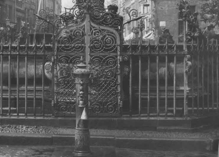 Zdrój przy fontannie Neptuna, z rzygacza zwisa blaszany rożek spełniający rolę kubka; około 1905