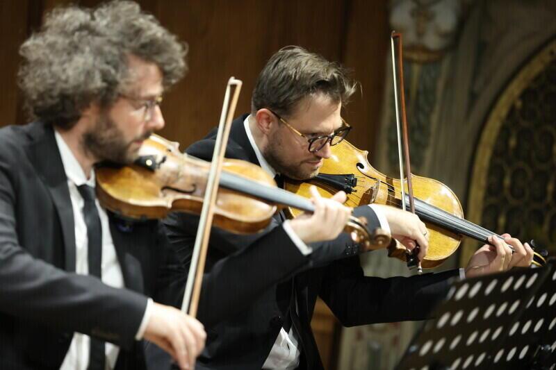 Duo del Gesù w swojej twórczości wykorzystuje zarówno klasyczne brzmienia instrumentów smyczkowych, jak i bardziej awangardowe dźwięki. Od lewej: Arnaud Kaminski i Krzysztof Komendarek-Tymendorf