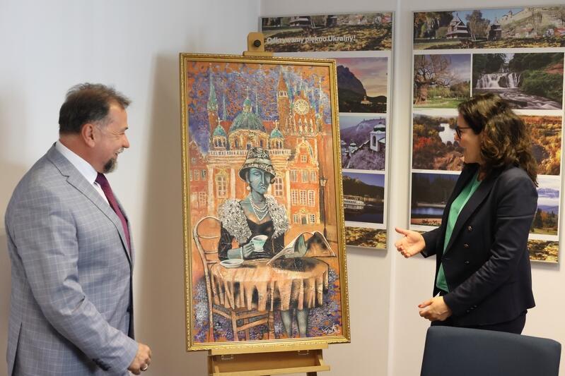 Na zakończenie współpracy konsul przekazał prezydent obraz Vasyla Netsko - ukraińskiego artysty mieszkającego od kilku lat w Gdańsku. Obecnie w Ratuszu Głównego Miasta trwa wystawa jego prac