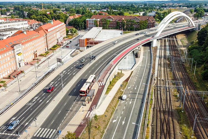 Trzypasmowe wiadukty służą kierowcom już od kilku miesięcy. Po prawej stronie, pomiędzy wiaduktem a torami kolejowymi widać fragment ulicy, tzw. Nowe Podwale Grodzkie. Na lewo od wiaduktu widać fragment wybudowanego parkingu kubaturowego