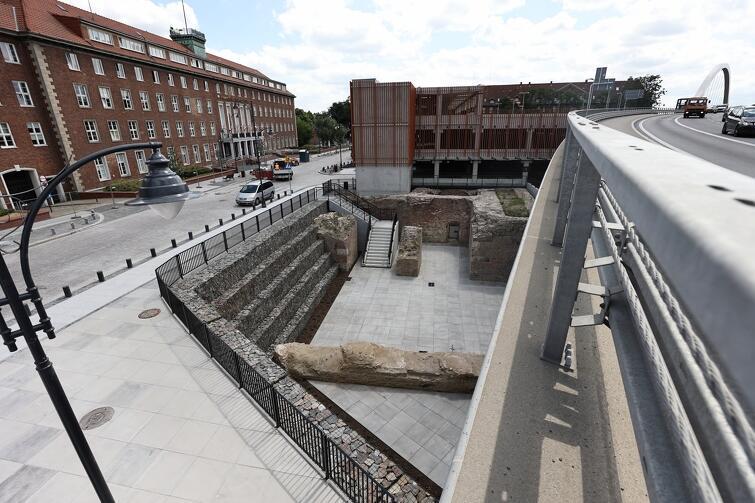 Przy nowym parkingu wyeksponowano zachowane zabytkowe fragmenty Bastionu Wiebego