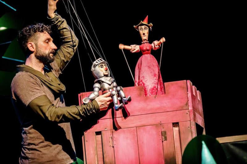 """""""Baśń o rycerzu bez konia"""" to przedstawienie familijne skierowane do widzów przedszkolnych i wczesnoszkolnych, zrealizowane przez czołowych artystów sceny lalkowej"""
