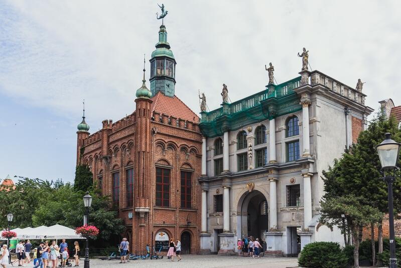 Stowarzyszenie Architektów Polskich Oddział Wybrzeże jest właścicielem Złotej Bramy i Dworu Bractwa św. Jerzego (widok od strony Targu Węglowego)