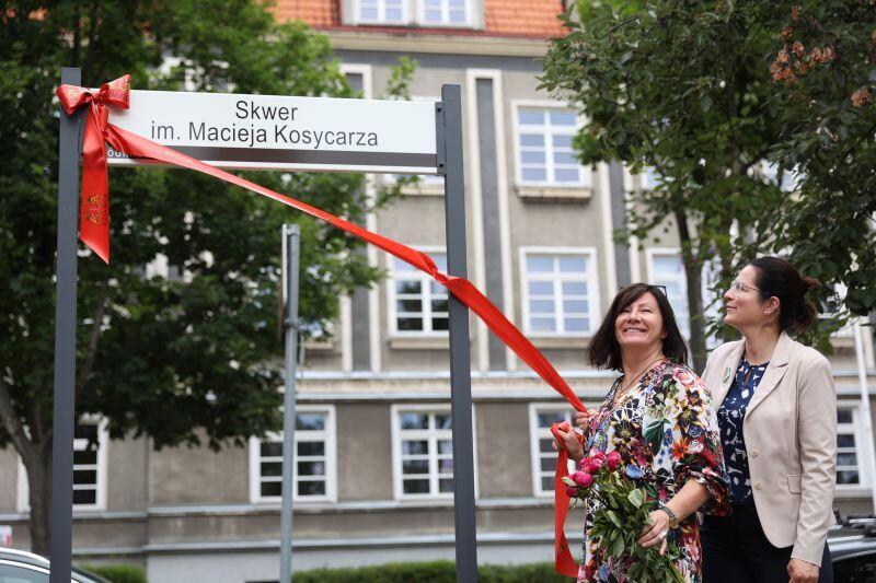 Odsłonięcie Skweru Macieja Kosycarza w Gdańsku. Nz. Hanna Kosycarz, żona Macieja i prezydent Gdańska Aleksandra Dulkiewicz