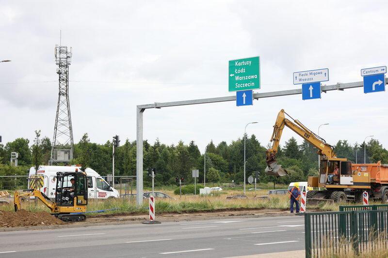 W pierwszej kolejności wykonane zostanie koryto pod konstrukcję drogi