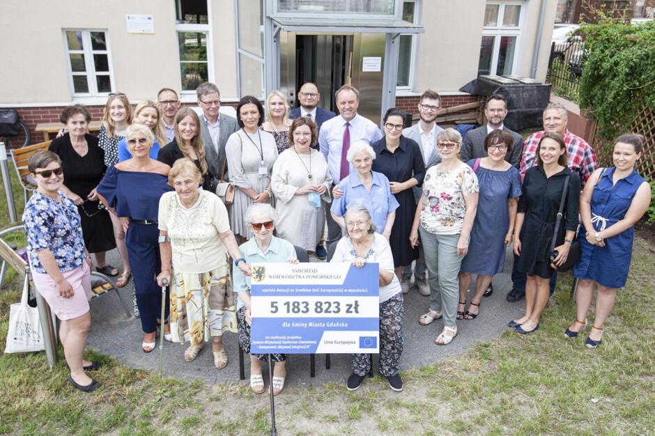 Aleksandra Dulkiewicz i Mieczysław Struk (w środku) wraz z przedstawicielami partnerów biorących udział w projekcie