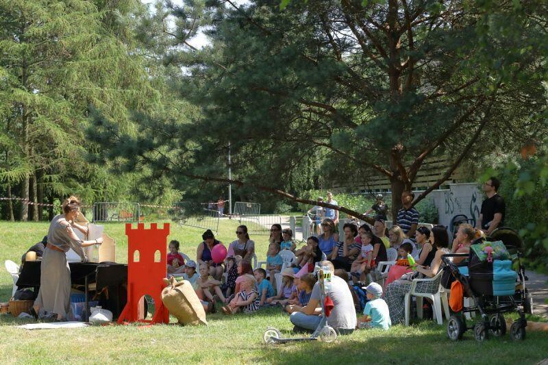 Mobilny dom kultury odwiedza wiele różnych lokalizacji. Nz. działania w dzielnicy Osowa
