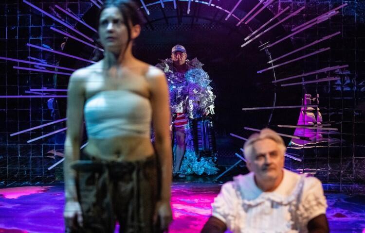 Spektakl na podstawi sztuki Bona Parka daje szansę aktorom na wykreowanie wyrazistych postaci. Wykorzystują tę szansę z nawiązką. Na zdjęciu Agata Woźnicka, Mirosław Krawczyk, w tle Grzegorz Gzyl
