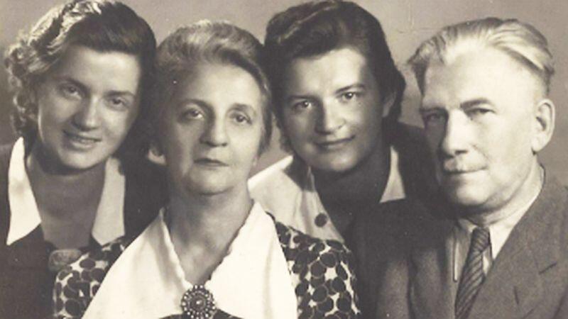 Gdańsk 1948 r. Nz. od lewej Ewa, Olga, Irena Totwen, Jan Żejmo