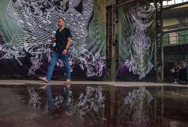 """W hali 49A zobaczmy dokumentację """"ruchomych murali"""" używanych w postindustrialnych przestrzeniach w Kolumbii i na Sycylii"""