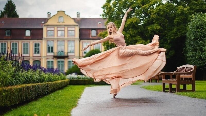 Julia Ciesielka ma 19-lat i absolwentką Ogólnokształcącej Szkoły Baletowej w Gdańsku. Utalentowana artystka otrzymała stypendium słynnej Julliard School. Możemy pomóc jej w zrealizowaniu tego marzenia