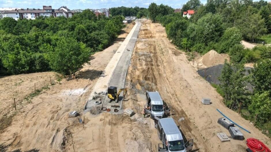 Na placu budowy widać już fragmenty nowej drogi rowerowej i chodnika dla pieszych