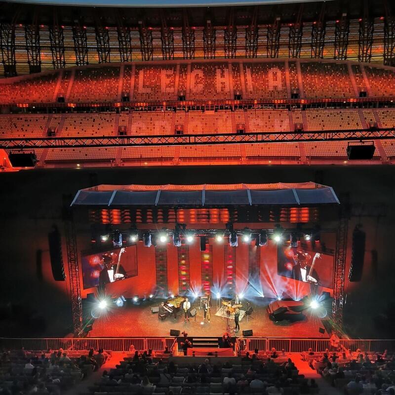 Widok sceny z wysokości stadionowej loży. Scenę ustawiono tak, że w ogóle nie zajęła stadionowej murawy - znajdowała się między widownią a boiskiem