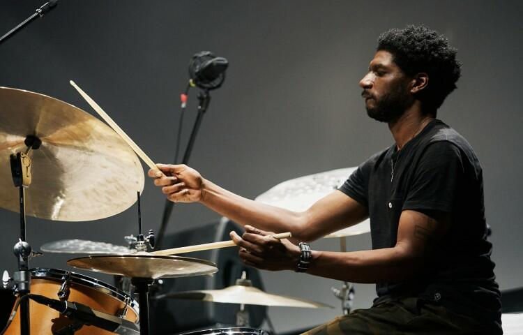 Justin Brown – perkusja