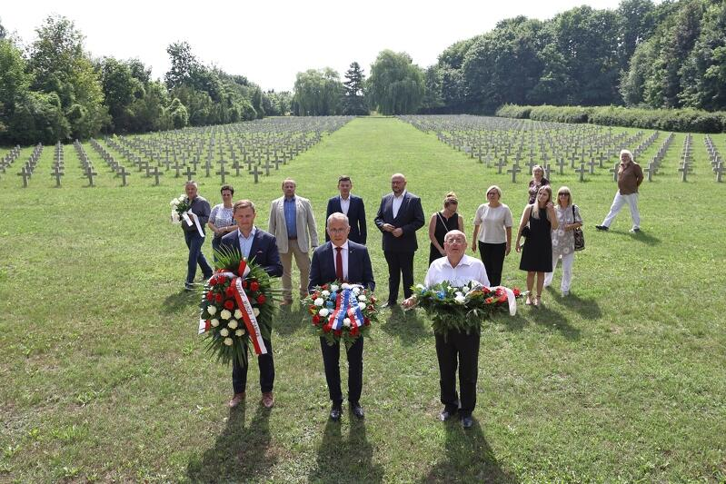 Gdańsk uczcił ofiary zamachu w Nicei. Na zdjęciu (od lewej): Piotr Grzelak, zastępca prezydent Gdańska ds. zrównoważonego rozwoju, Alain Mompert, Konsul Honorowy Francji na Pomorzu, a także radni Siedlec