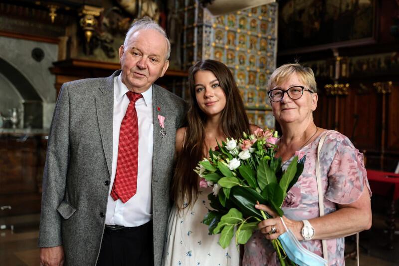 Tadeusz i Jolanta Kowalczukowie, którzy tego dnia byli jedną z par świętujących jubileusz, oraz ich wnuczka, kibicująca im podczas uroczystości