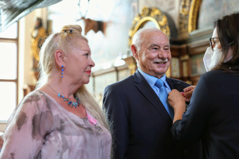 Medale za Długoletnie Pożycie Małżeńskie, przyznawane przez prezydenta RP, jubilatom wręcza prezydent miasta