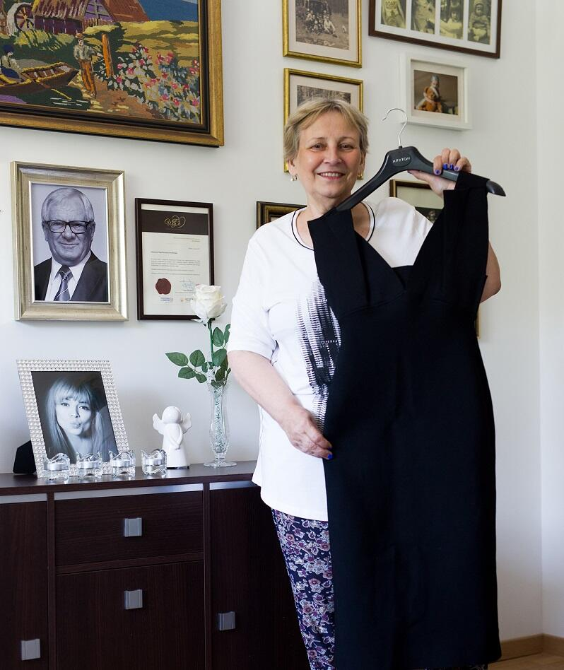 Suknię Ani Przybylskiej prezentuje jej matka - Krystyna Przybylska