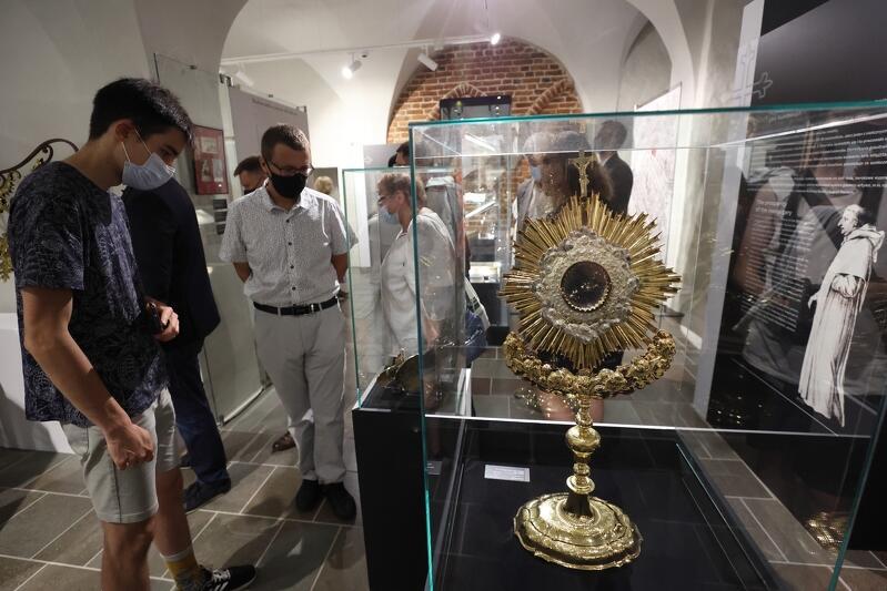 Podziwiać możemy obrazy, rzeźby, srebrny krzyż relikwiarzowy z 1731 roku czy bullę papieską z nadaniem kościołowi tytułu Bazyliki Mniejszej