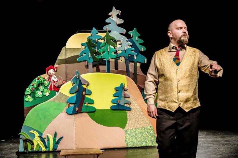 """""""Czerwony Kapturek"""" Białostockiego Teatru Lalek to pełna humoru i piosenek opowieść angażująca publiczność"""