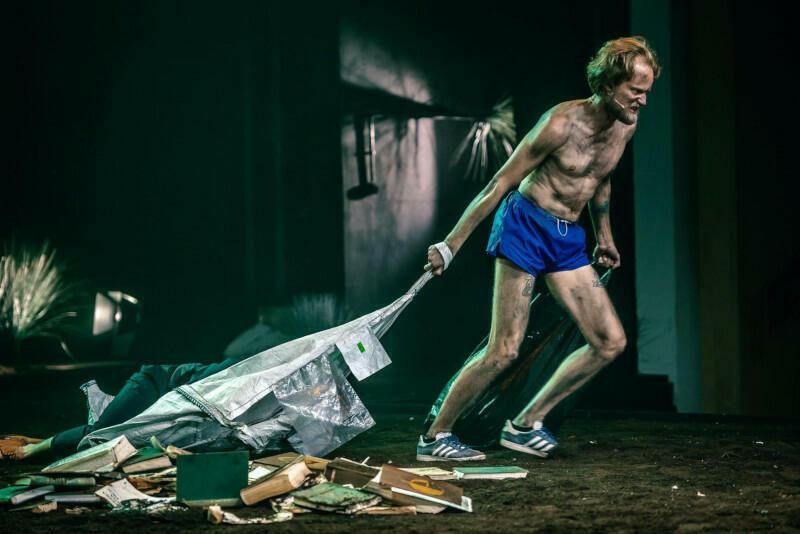 """Ariel (w tej roli Maciej Pesta) - wypełniający polecenia Prospera duch jest jedną z najważniejszych postaci w szekspirowskiej """"Burzy"""". W inscenizacji Szymona Kaczmarka bliżej mu jednak do postaci epizodycznej"""