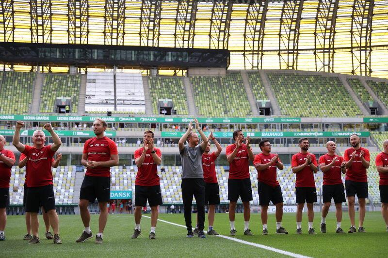 Trener Piotr Stokowiec (w środku) i jego ludzie na murawie Polsat Plus Areny Gdańsk
