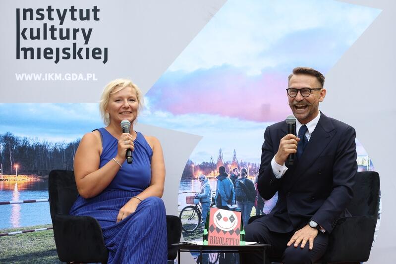 Pokaz na żywo komentowali śpiewaczka Jolanta Wagner i operowy ekspert Jerzy Snakowski