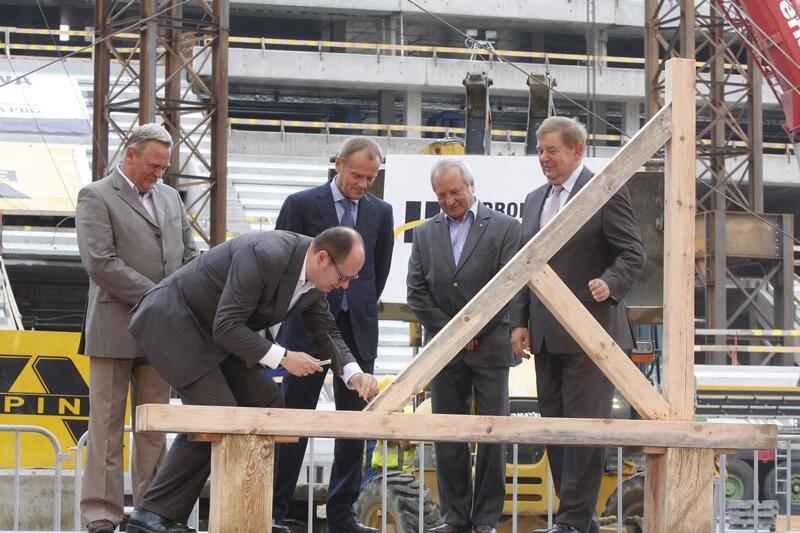 24 lipca 2010 - budowę odwiedziła rządowa delegacja z premierem Donaldem Tuskiem na czele (w środku)