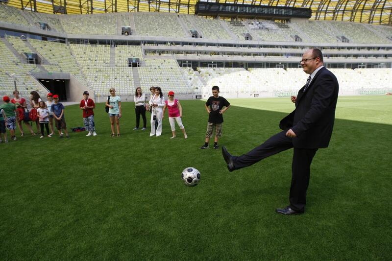 Prezydent Paweł Adamowicz strzela ... stadion w Letnicy został otwarty 19 lipca 2011 roku