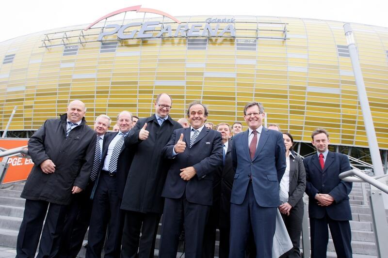 Po inspekcji. W pierwszym rzędzie od lewej: Grzegorz Lato - prezes PZPN, Paweł Adamowicz - prezydent Gdańska, Michel Platini - prezydent UEFA, Adam Giersz - minister sportu i turystyki