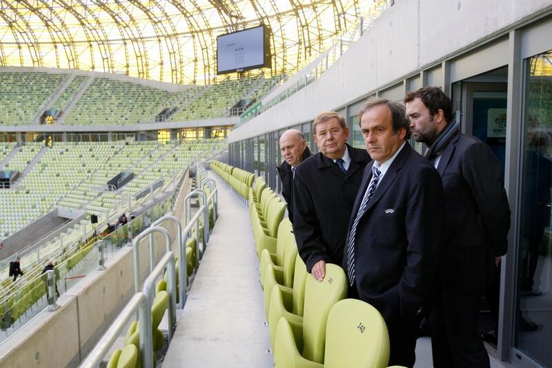 Michel Platini na trybunie stadionu w Gdańsku. Za nim Ryszard Trykosko i ówczesny prezes PZPN Grzegorz Lato