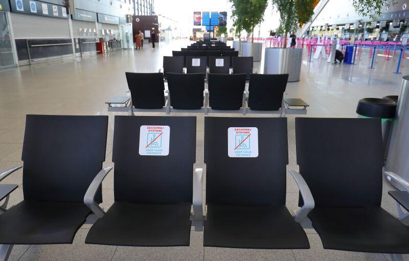 Na lotniskach wciąż obowiązują obostrzenia sanitarne, a pasażerowie w ruchu międzynarodowym muszą mieć aktualne testy na Covid-19 lub zaświadczenie o zaszczepieniu