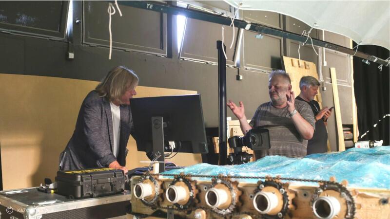 Wszystkie elementy scenografii do filmu powstają w studiu w Gdyni. Nz. Filip Bajon i Marek Skrobecki