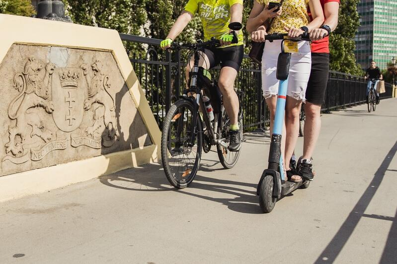 Współdzielona hulajnoga elektryczna (na zdjęciu przykład niedozwolonego użytkowania przez dwie osoby), czy własny rower - który rodzaj mikromobilności wybierasz?